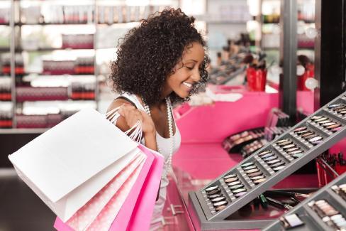 mulher-comprando-maquiagem-1487095339117_v2_1920x1280